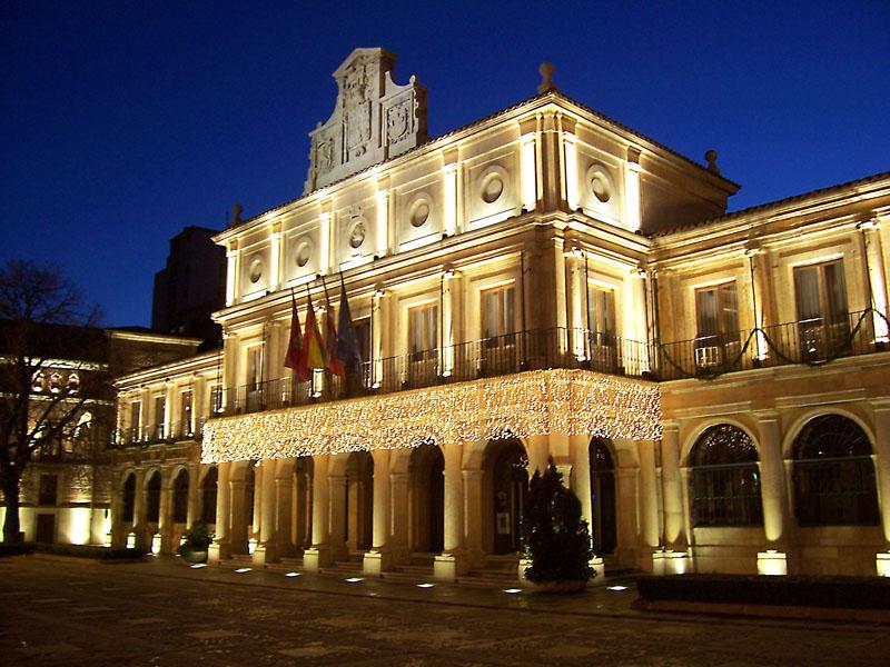 Ayuntamiento de León con luces